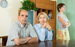 Hija adulta que habla con los padres Imagenes de archivo
