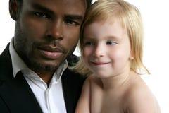 Hija africana del caucásico del padre de la familia Foto de archivo libre de regalías