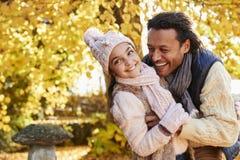 Hija al aire libre de Autumn Portrait Of Father With Imágenes de archivo libres de regalías