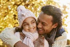 Hija al aire libre de Autumn Portrait Of Father With Imagen de archivo