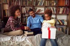 Hija asombrosamente de la familia afroamericana con una Navidad pre fotos de archivo libres de regalías