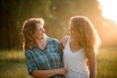 Hija bastante adolescente con su madre Ambo hacerse frente Fotos de archivo