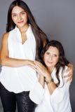 Hija bastante adolescente linda con el mothr maduro que abraza, morenita del estilo de la moda Fotos de archivo