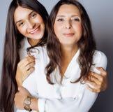 Hija bastante adolescente linda con la madre madura Imagenes de archivo