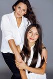 Hija bastante adolescente linda con la madre madura Imagen de archivo libre de regalías