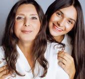 Hija bastante adolescente linda con la madre madura Imágenes de archivo libres de regalías