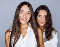 Hija bastante adolescente linda con la madre madura Foto de archivo