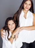 Hija bastante adolescente linda con la madre madura Imagen de archivo