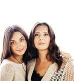 Hija bastante adolescente linda con la madre madura que abraza, cierre moreno del maquillaje del estilo de la moda encima de los  Fotografía de archivo libre de regalías