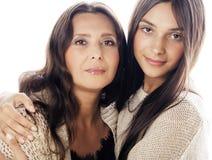 Hija bastante adolescente linda con la madre madura que abraza, cierre moreno encima de mulatos del tann, colores calientes del m Imagen de archivo