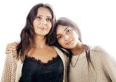 Hija bastante adolescente linda con la madre madura que abraza, cierre moreno encima de mulatos del tann, colores calientes del m Imagenes de archivo