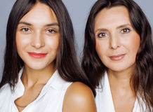 Hija bastante adolescente linda con la madre madura que abraza, maquillaje de la morenita del estilo de la moda Imagenes de archivo