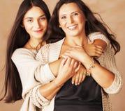 Hija bastante adolescente linda con la madre madura que abraza, mulatos ascendentes del moreno del cierre moreno del maquillaje d Foto de archivo