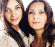 Hija bastante adolescente linda con la madre madura que abraza, st de la moda Fotografía de archivo