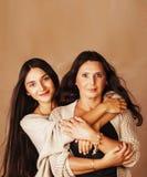 Hija bastante adolescente linda con la madre madura que abraza, st de la moda Fotografía de archivo libre de regalías
