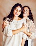 Hija bastante adolescente linda con la madre madura que abraza, st de la moda Fotos de archivo libres de regalías