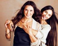 Hija bastante adolescente linda con la madre madura que abraza, st de la moda Fotos de archivo