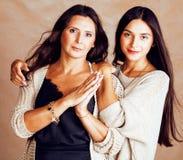 Hija bastante adolescente linda con la madre madura que abraza, st de la moda Imagenes de archivo
