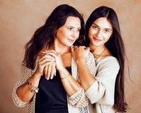 Hija bastante adolescente linda con la madre madura que abraza, st de la moda Imagen de archivo