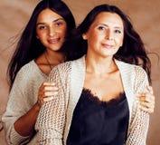 Hija bastante adolescente linda con la madre madura que abraza, st de la moda Imagen de archivo libre de regalías