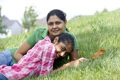 Hija cariñosa de la madre que goza en parque Fotos de archivo libres de regalías