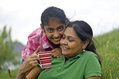 Hija cariñosa de la madre que goza en parque Foto de archivo