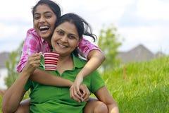 Hija cariñosa de la madre que goza en parque Foto de archivo libre de regalías