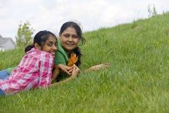 Hija cariñosa de la madre que goza en parque Fotos de archivo