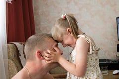 Hija con el padre Imágenes de archivo libres de regalías