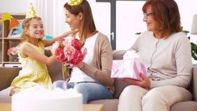 Hija con la madre del saludo de la caja de regalo en cumpleaños almacen de video