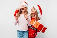 Hija con la mamá en los sombreros y los suéteres de la Navidad, MES de Santa Claus imágenes de archivo libres de regalías