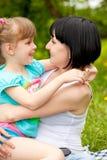 Hija de abarcamiento de la madre Imágenes de archivo libres de regalías