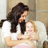 Hija de abarcamiento de la madre Fotografía de archivo libre de regalías