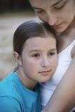 Hija de abarcamiento de la madre Foto de archivo libre de regalías