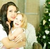 Hija de abarcamiento de la madre Fotos de archivo libres de regalías