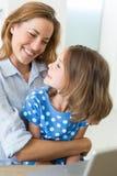 Hija de abarcamiento de la madre cariñosa Imagen de archivo libre de regalías