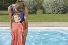 Hija de abarcamiento de la madre envuelta en toalla Fotografía de archivo libre de regalías