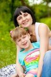 Hija de abarcamiento de la mama Fotografía de archivo