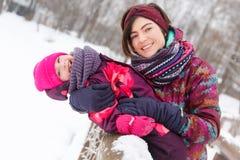Hija de abarcamiento de la mujer en invierno Imagen de archivo