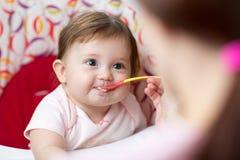 Hija de alimentación del niño del bebé de la madre Fotos de archivo