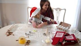 Hija de ayuda de la madre para amasar la pasta almacen de metraje de vídeo