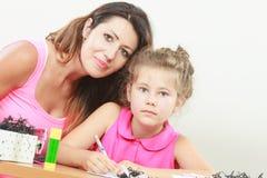 Hija de ayuda de la mama con la preparación Foto de archivo