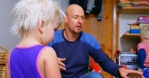 Hija de ayuda del padre que viste en casa 4k almacen de metraje de vídeo