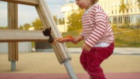 Hija de ayuda de la mamá a montar abajo de la diapositiva almacen de video