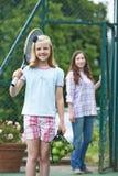 Hija de caída de la madre apagado para la lección de tenis Foto de archivo libre de regalías