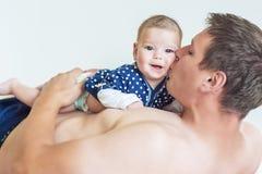 Hija de Kisses His Newborn del padre Fotografía de archivo