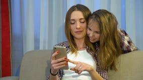 Hija de la madre del hogar del pasatiempo de la familia del Parenting fotos de archivo libres de regalías