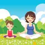 Hija de la madre del parque de la yoga ilustración del vector