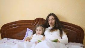 Hija de la madre que lee un cuento de hadas almacen de video