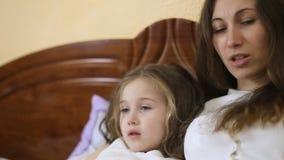Hija de la madre que lee un cuento de hadas almacen de metraje de vídeo